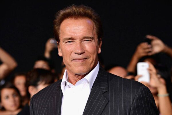 Foto in primo piano di Arnold Schwarzenegger sul red carpet