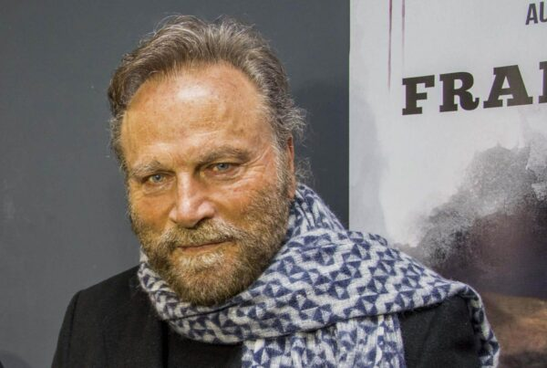Franco Nero guarda in camera in uno shooting per il film Peace