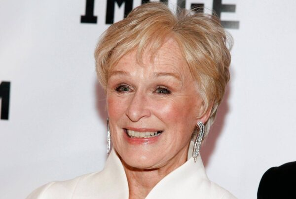 Glenn Close guarda in camera in uno shooting fotografico