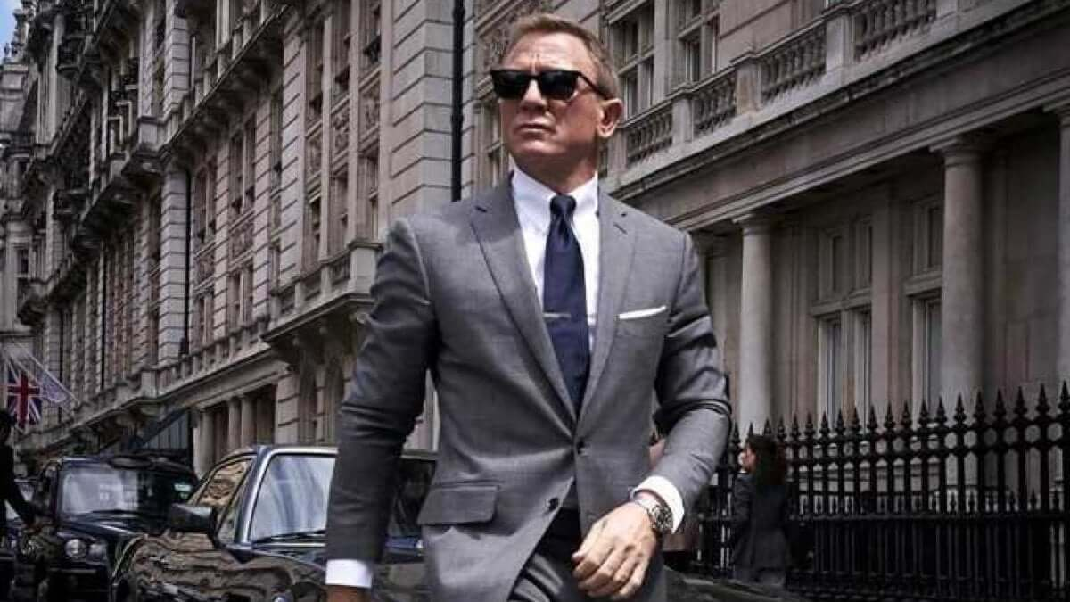James Bond in completo passeggia per la strada in No Time To Die