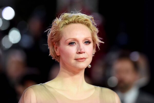 Gwendoline Christie con abito dorato sul Red Carpet